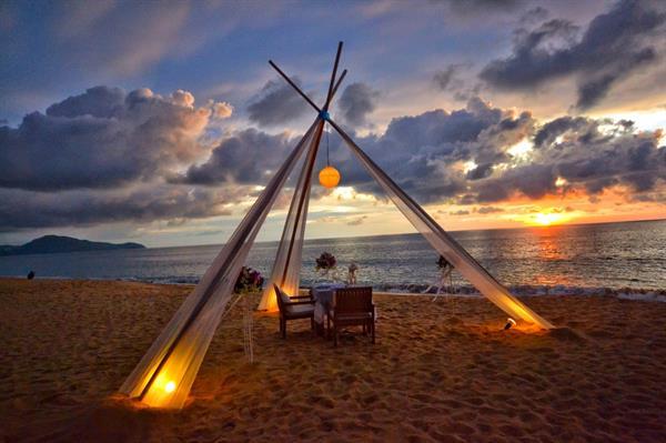 Romantic dinner date on sentosa beach