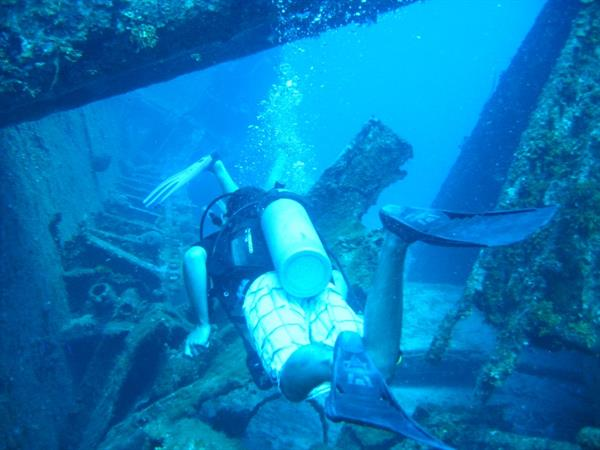 El Aguila wreck diving - Roatan
