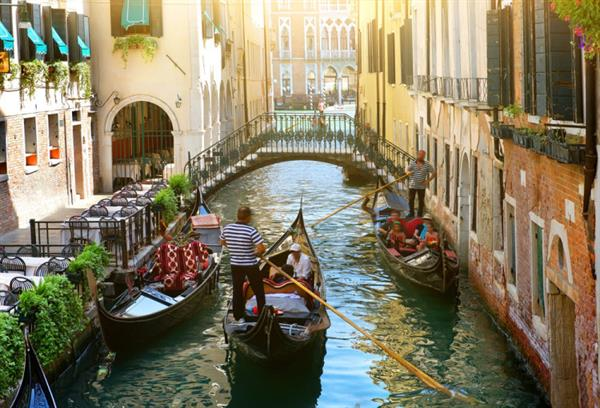 Gondola Ride With Serenade in Venice